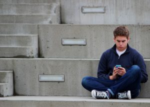 adolescente con smartphone