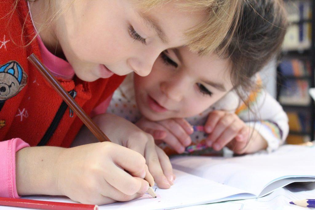 2 bambini a scuola