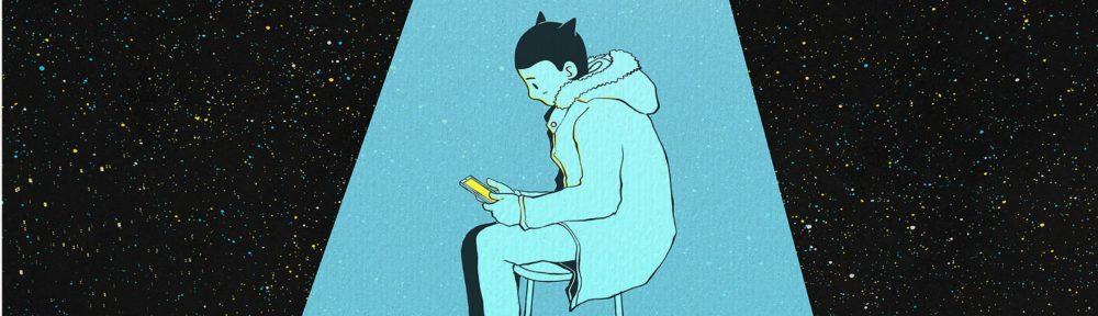 ragazzo solo seduto su unosgabello che guarda il suo smartphone sotto un riflettore